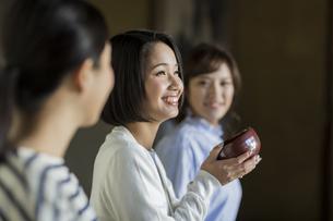 茶道を体験する3人の女性の写真素材 [FYI02668261]