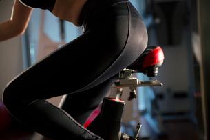 エアロバイクを漕ぐ女性の足元の写真素材 [FYI02668283]