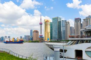 黄浦江、超高層ビル街の写真素材 [FYI02668286]