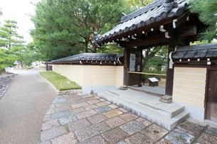 博多、承天禅寺の通用門の写真素材 [FYI02668338]