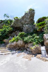 浜比嘉島 アマミチューの墓への階段と洞窟の写真素材 [FYI02668399]