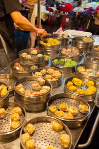 台北 饒河街夜市のシュウマイ(焼売)の写真素材 [FYI02668408]