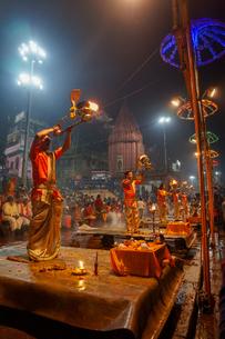 インド ガンジス川の祈りの儀式の写真素材 [FYI02668436]