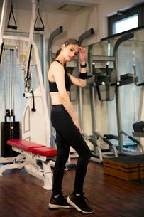 トレーニングウェアを着た20代女性ポートレートの写真素材 [FYI02668484]