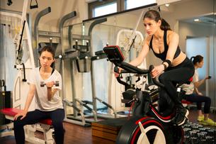 ジムでトレーニングをする20代女性2人の写真素材 [FYI02668508]