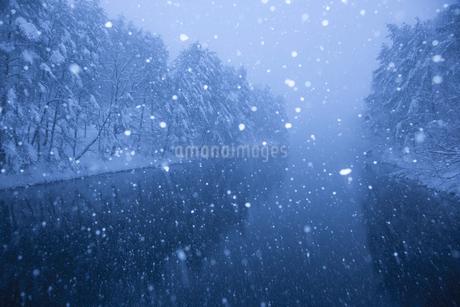 雪降る聖湖の写真素材 [FYI02668536]