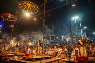 インド ガンジス川の祈りの儀式の写真素材 [FYI02668552]