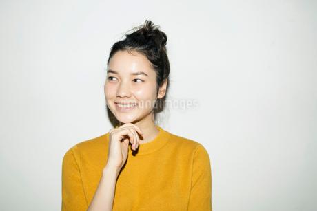 横目線で笑う20代女性の写真素材 [FYI02668580]