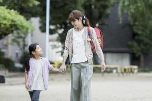 公園を歩く親子の写真素材 [FYI02668592]