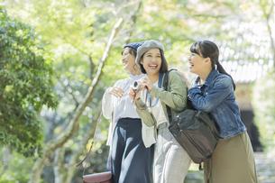 カメラを持って笑顔の3人の女性の写真素材 [FYI02668622]
