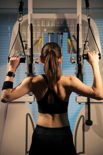 トレーニング中の女性の後ろ姿の写真素材 [FYI02668744]