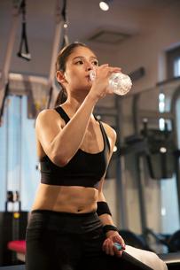 水分補給をするトレーニング中の20代女性の写真素材 [FYI02668763]