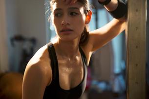 厳しいトレーニングに励む20代女性の写真素材 [FYI02668794]