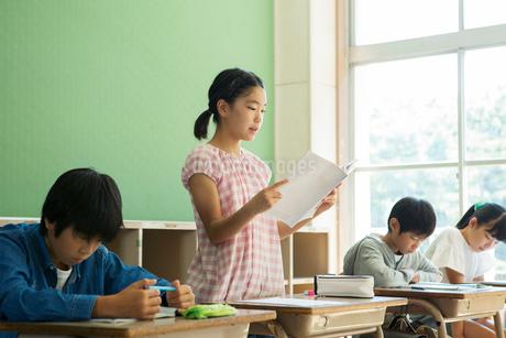小学生の授業風景の写真素材 [FYI02668808]