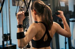トレーニング中の女性の後ろ姿の写真素材 [FYI02668811]