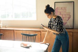 スマホで靴の写真を撮る20代女性の写真素材 [FYI02668815]