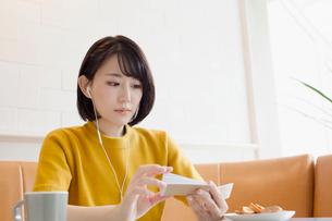 カフェで単語帳を確認する20代女子の写真素材 [FYI02668822]