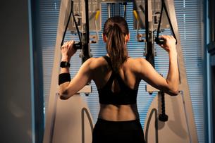 トレーニング中の女性の後ろ姿の写真素材 [FYI02668881]
