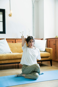 部屋でヨガのポーズをする20代女性の写真素材 [FYI02668883]