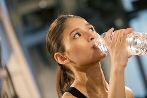 水分補給をするトレーニング中の20代女性の写真素材 [FYI02668961]