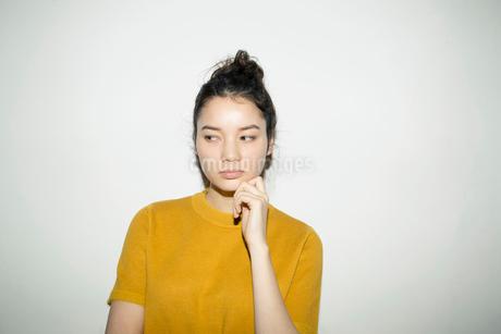 ふてくされた顔をする20代女性の写真素材 [FYI02668976]