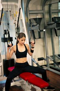 トレーニングに励む20代女性の写真素材 [FYI02669017]