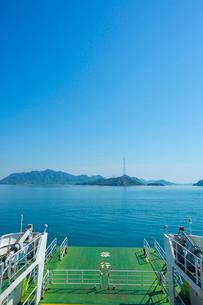 忠海港発フェリーと瀬戸内海の写真素材 [FYI02669104]