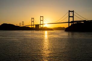 しまなみ海道 夕日の来島海峡大橋の写真素材 [FYI02669114]