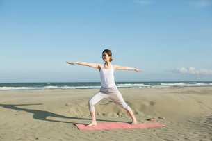 浜辺でヨガをする20代女性の写真素材 [FYI02669128]