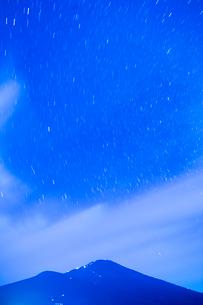 太郎坊より富士山と星空の写真素材 [FYI02669191]