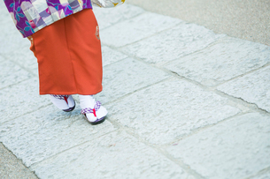 着物を着て歩く女性の足元の写真素材 [FYI02669216]