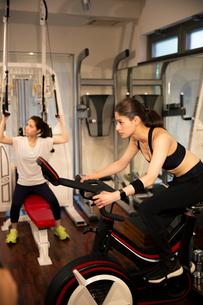 ジムでトレーニングをする20代女性2人の写真素材 [FYI02669217]