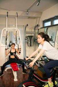 ジムでトレーニングをする20代女性2人の写真素材 [FYI02669264]