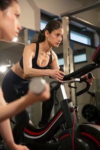 ジムでトレーニングをする20代女性2人の写真素材 [FYI02669279]