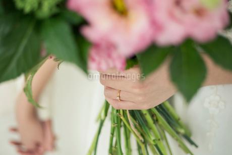 ブーケを持つ花嫁の手元の写真素材 [FYI02669285]