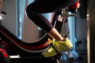エアロバイクを漕ぐ女性の足元の写真素材 [FYI02669288]
