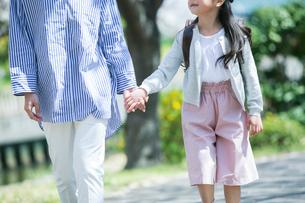 手をつなぎ歩く親子の写真素材 [FYI02669293]