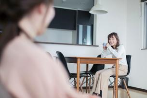 部屋で会話する笑顔の女性2人の写真素材 [FYI02669308]