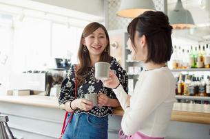 カフェでのティータイムを楽しむ20代女性2人カフェでのティータイムを楽しむ20代女性2人の写真素材 [FYI02669309]