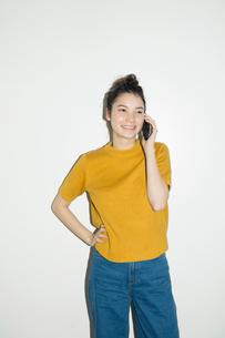 電話をする笑顔の20代女性のポートレートの写真素材 [FYI02669355]