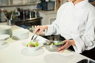 調理場で働く女性の手元の写真素材 [FYI02669362]