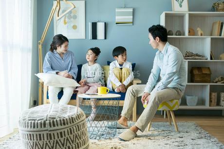 リビングで話す幸せな家族の団欒風景の写真素材 [FYI02669367]