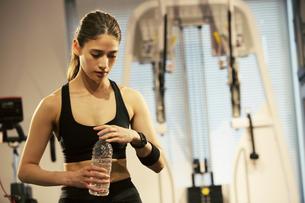 ペットボトルを持つトレーニング中の20代女性の写真素材 [FYI02669370]