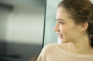 笑顔の20代外人モデルの横顔の写真素材 [FYI02669371]