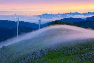 四国カルストと霧の山並み夕景の写真素材 [FYI02669393]