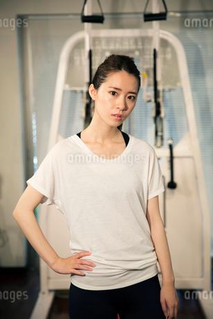 トレーニングウェアを着た20代女性ポートレートの写真素材 [FYI02669461]