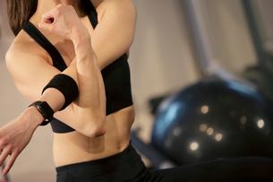 腕のストレッチをする20代女性の写真素材 [FYI02669466]