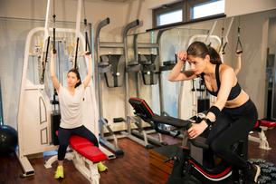 ジムでトレーニングをする20代女性2人の写真素材 [FYI02669470]