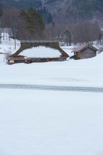 雪の農村風景の写真素材 [FYI02669624]