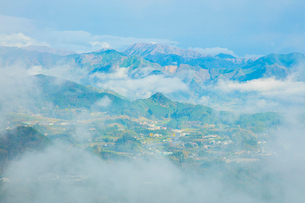 国見ヶ丘より高千穂 霧の山並みの写真素材 [FYI02669656]
